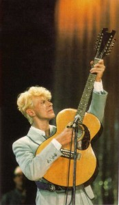2001-07TotalGuitar-BowiewithEccleshall12-string